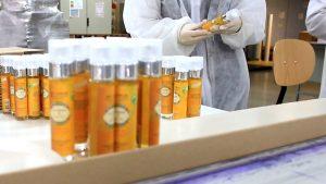 Conditionnement des huiles Aromadunes par nos partenaires en France